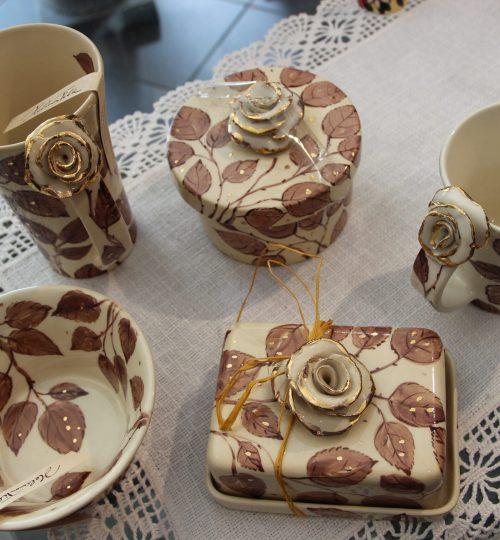 Helina Tilga käsitsi kullaga maalitud lauanõud